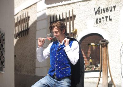 Winzer-Franz-Zottl-vor-seinem-Weingut